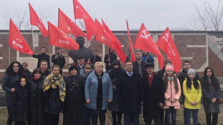 В преддверии Дня Советской Армии и Военно-Морского Флота Северо-Осетинские коммунисты возложили цветы на Аллее Славы
