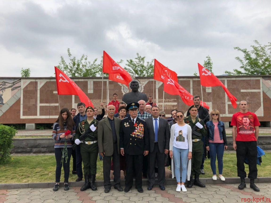 Не меркнет слава Великого Подвига советского народа